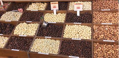תמונה של אגוז לוז מצופה שוקולד  לבן - 100 גרם